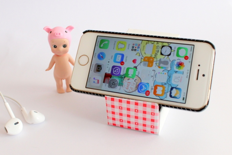 How to make a DIY phone stand in under 5 minutes using a ring box - Miss Caly (2)